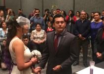 ¡Boda en la FIL! una pareja se casa en la Feria del Libro