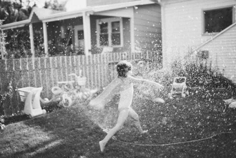 La pequeña jugaba en el patio cuando el responsable ingresó a exceso de velocidad