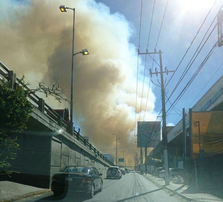Incendio en pastizal imposibilita visibilidad en Carretera a Nogales