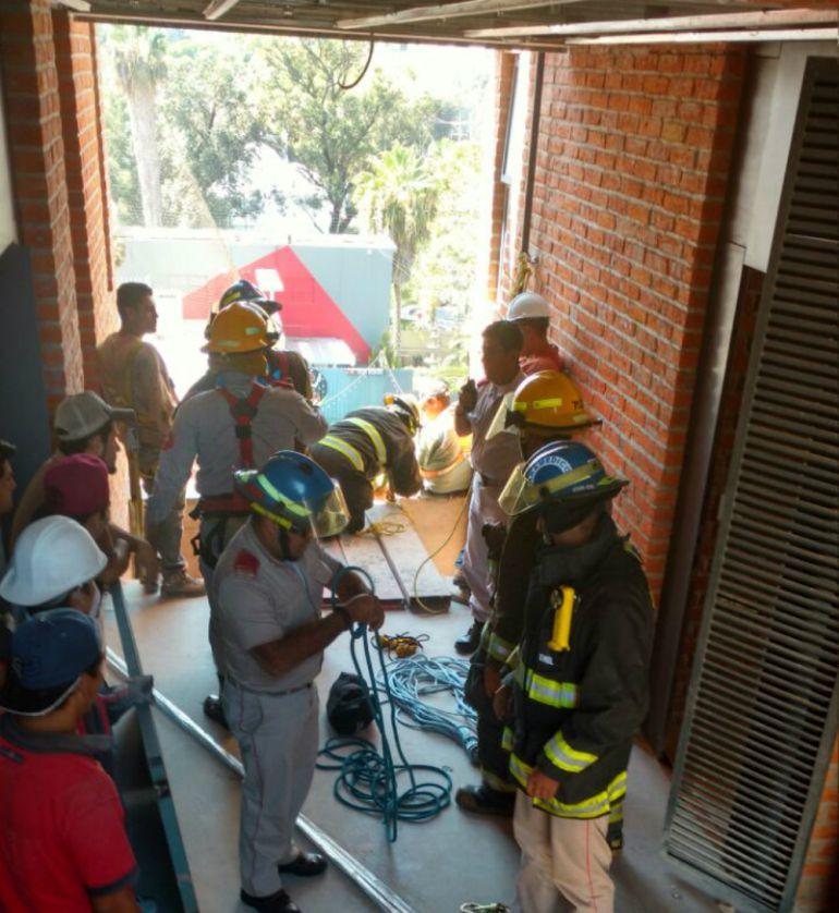 Los trabajadores se encontraban realizando el cambio de lámparas de alumbrado público