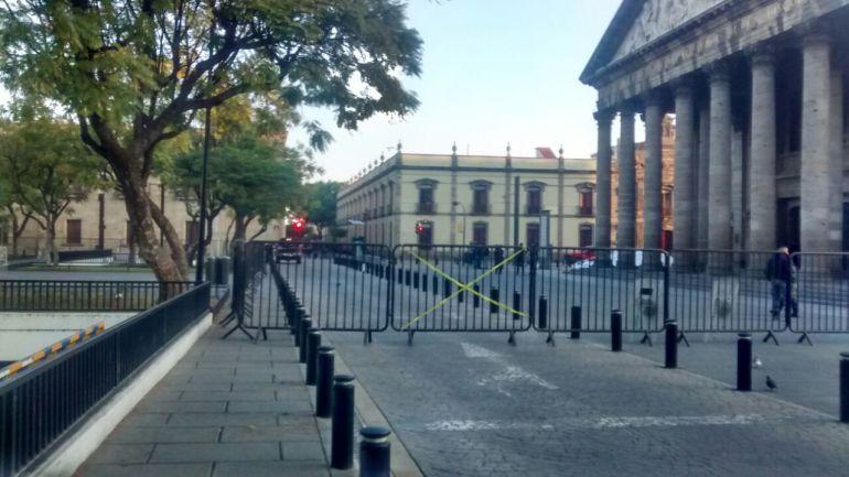 Amanecen cerradas a la circulación varias vías en Guadalajara