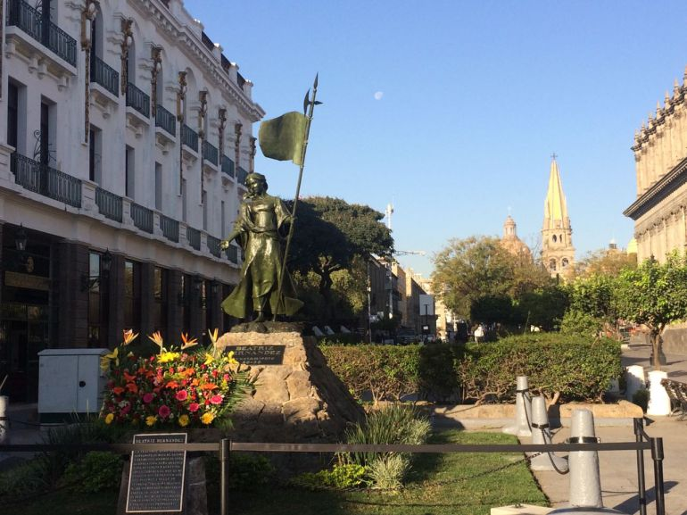Dan ofrenda floral a Beatriz Hernández fundadora de la ciudad de Guadalajara