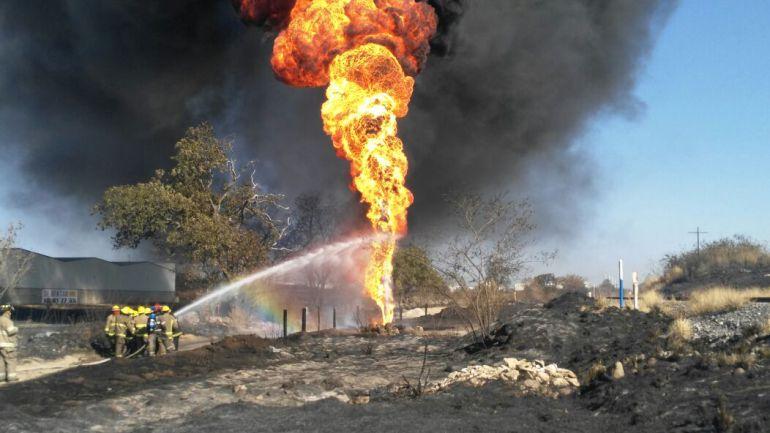 Evacúan a 200 personas en carretera a Nogales por explosión de un ducto de Pemex