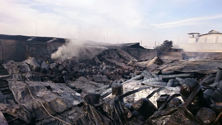 Fuerte Incendio en una fábrica provoca evacuación de empresas y escuelas