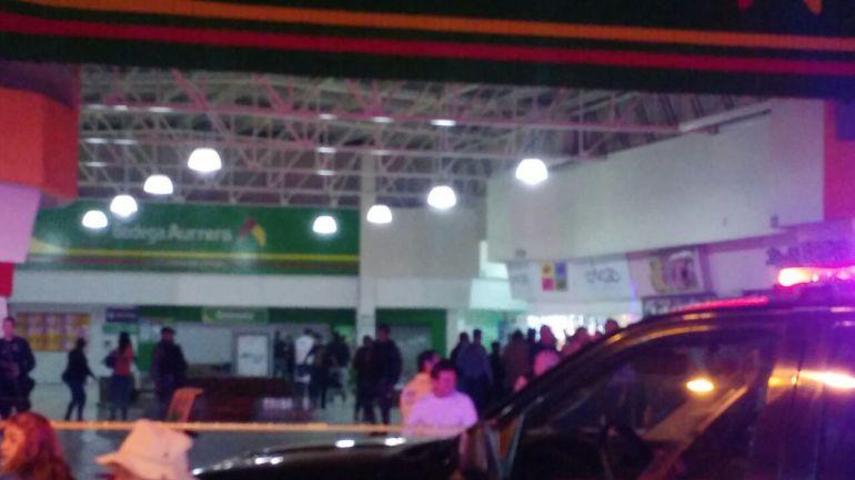 Asalto a camioneta de valores desata balacera en plaza comercial de Guadalajara