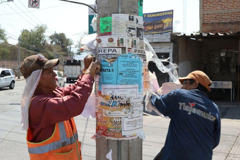 Tlajomulco remueve carteles en postes