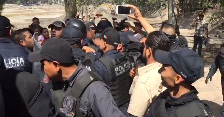 Se enfrentan a empujones vecinos de El Dean y policías antimotines
