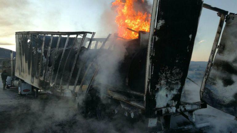 Incendio en tráiler para por completo circulación en carretera Guadalajara-Tepic