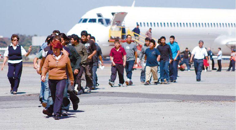 Proponen reducir impuesto a empresarios que contraten migrantes deportados