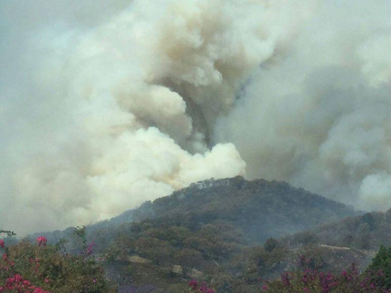 Fuerte incendio en cerro del Tepopote, declaran emergencia atmosférica