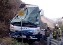 Autobús de pasajeros choca contra paredón: hay varios lesionados