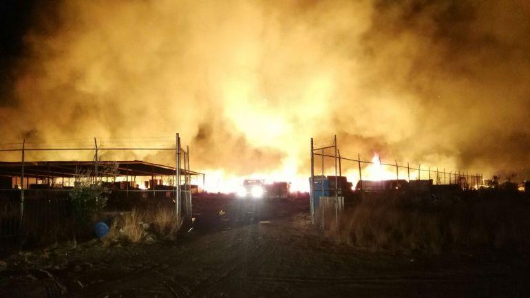 Por lo menos 50 bomberos municipales trabajaron para sofocar el incendio