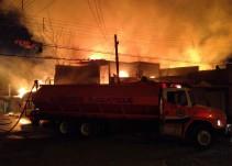 Evacuan a 250 personas por incendio en fábrica de tarimas