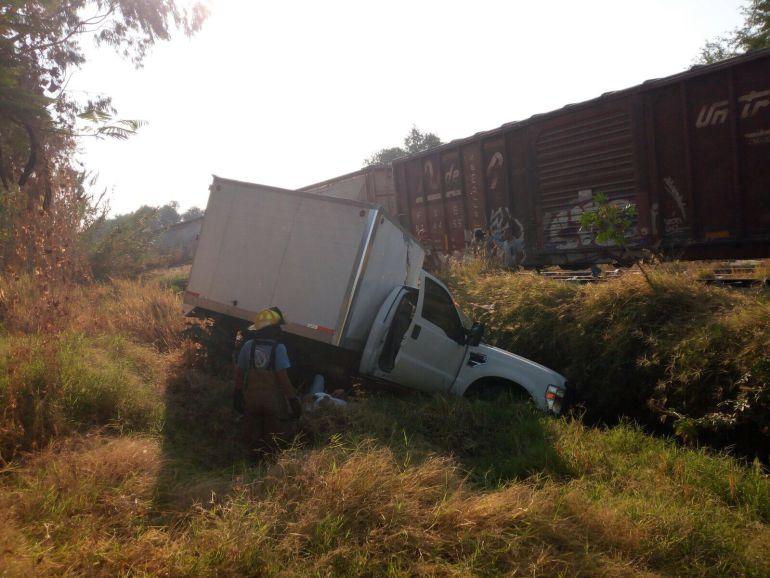 Conductor choca su vehículo contra el ferrocarril