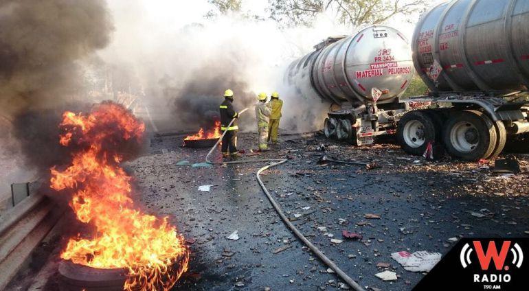 Por choque entre camiones de carga, cierran autopista a Colima