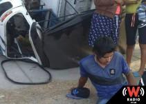Resultan tres personas lesionadas tras volcadura en mototaxi