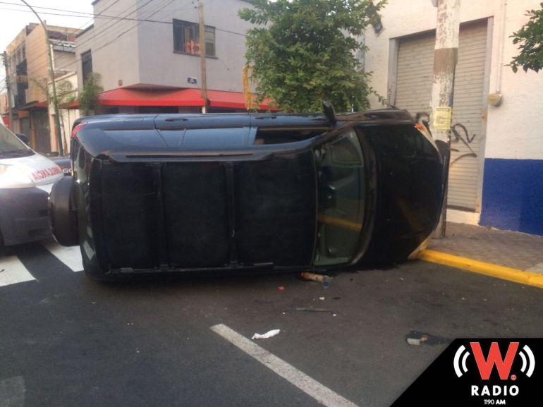 Vuelca camioneta en calles de Guadalajara