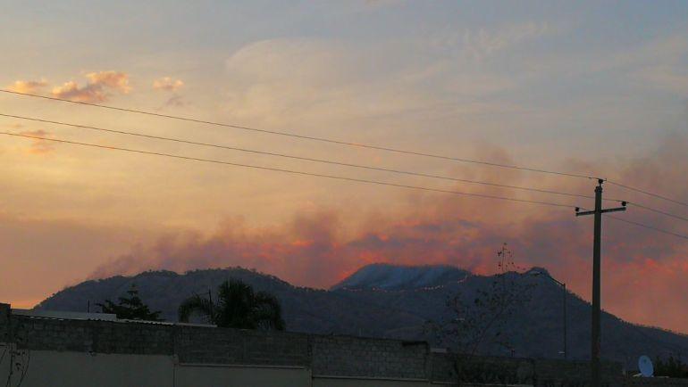 Bombero de Zapopan se lesiona al combatir incendio en Ahuatán