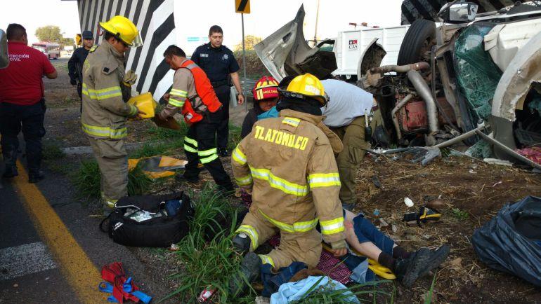 El conductor de un quinta rueda se estrelló contra la base de un puente