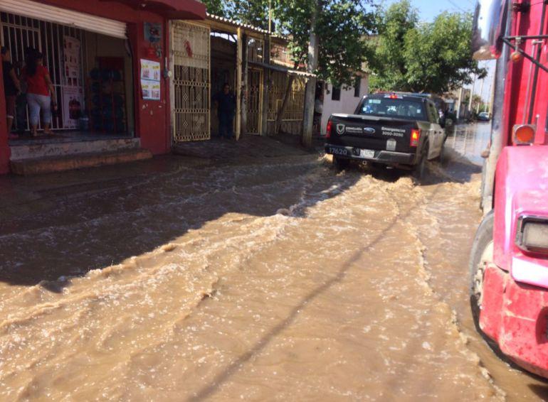 Inundación en Tlaquepaque fue por desbordamiento de una presa: PC; falta limpieza en el drenaje: vecinos