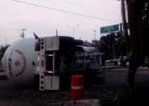 Continúa caos vial en López Mateos y Periférico por volcadura de pipa