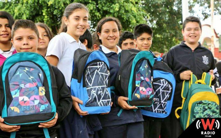 Continúan con la entrega de paquetes de mochila con útiles escolares
