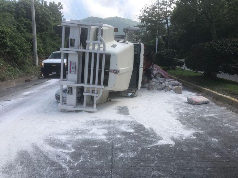 Vuelca camión con 16 toneladas de cemento