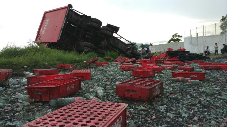 Tráiler accidentado colapsa en carretera a Morelia