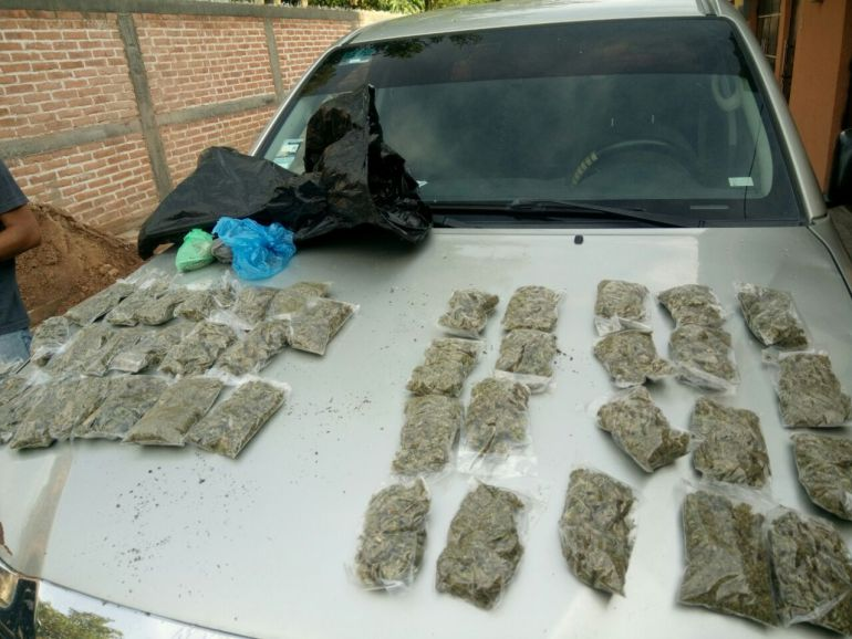 Aseguran finca con autos robados y droga en Atoyac