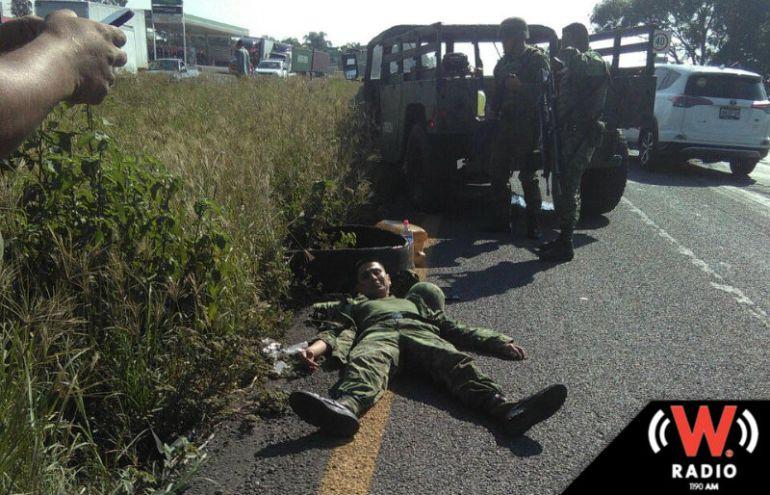 Militar resulta lesionado tras perder el control de su unidad