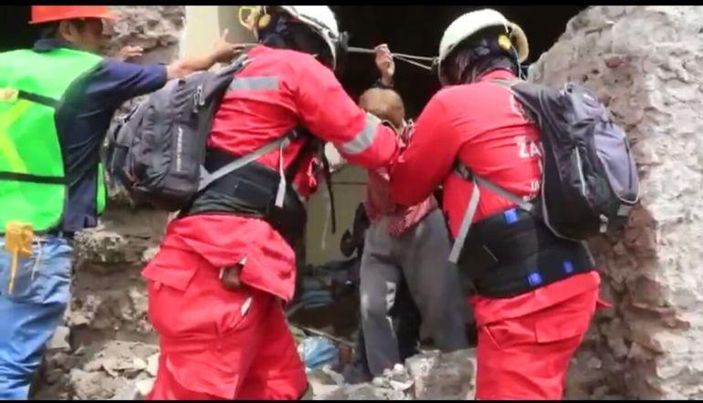 Bomberos zapopanos rescatan a una pareja de adultos mayores en Morelos