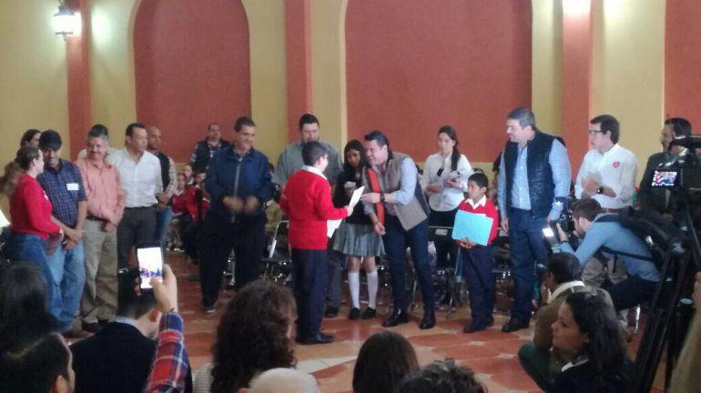 Gobernador entrega becas en los Altos de Jalisco
