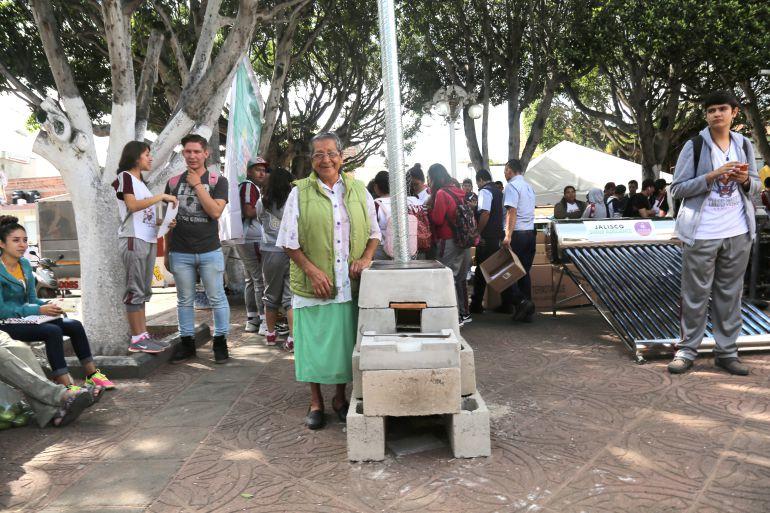 Entregan calentadores y estufas como apoyo a familias de Ayotlán