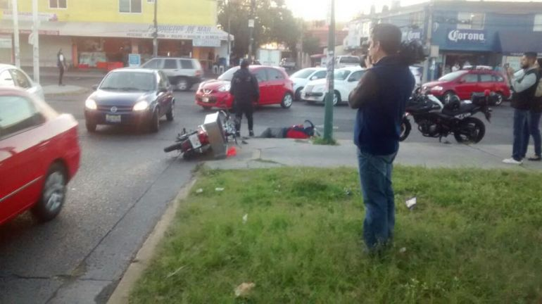 Se impacta un motociclista contra auto, repartidor sale lesionado
