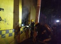 Arde en llamas finca con tambos de gasolina en el interior