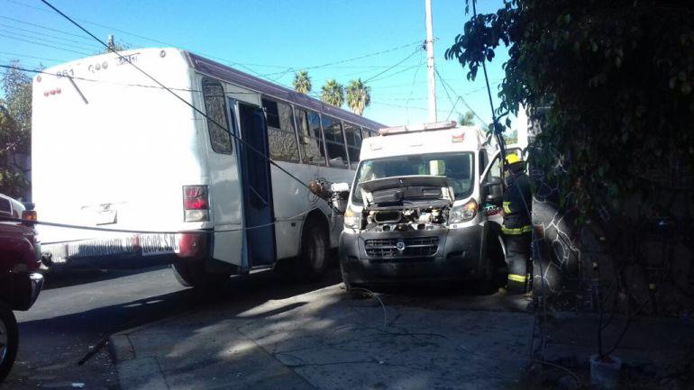 Accidente entre ambulancia y camión urbano deja 5 lesionados
