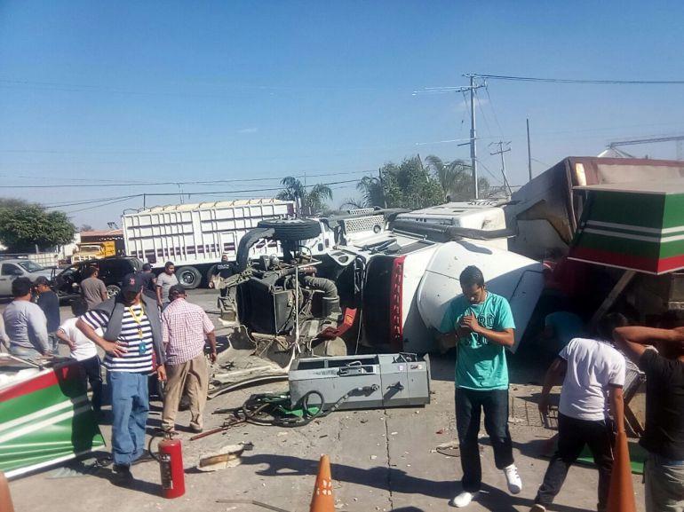 Continúan hospitalizados cinco sobrevivientes tras choque de tráiler contra gasolinera