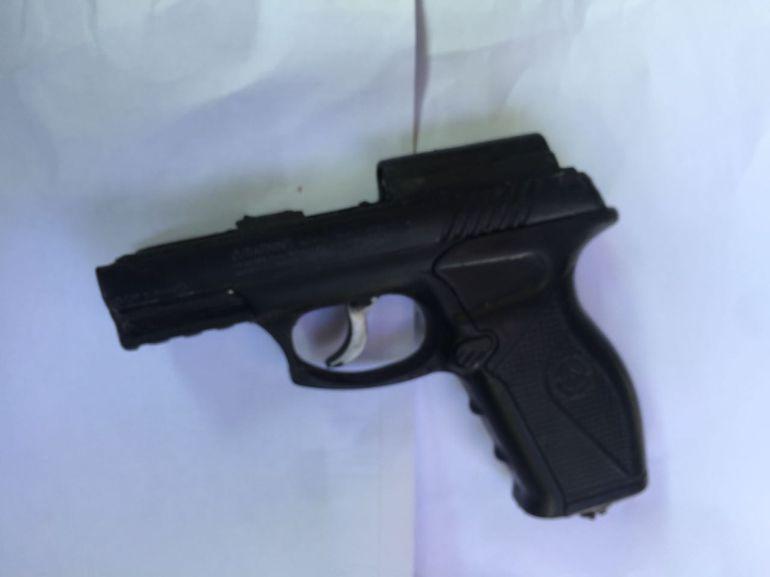 Encuentran pistola de utilería dentro del cuerpo de un detenido