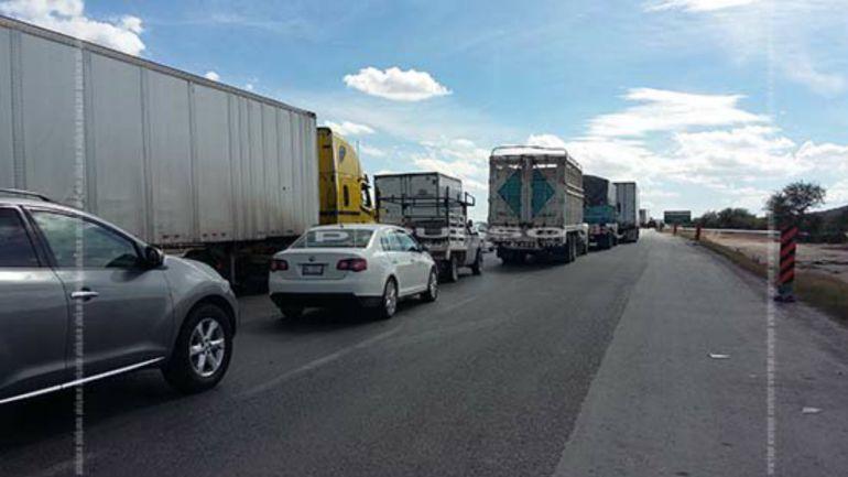 La volcadura de un tráiler causa congestionamiento vial en Tlaquepaque
