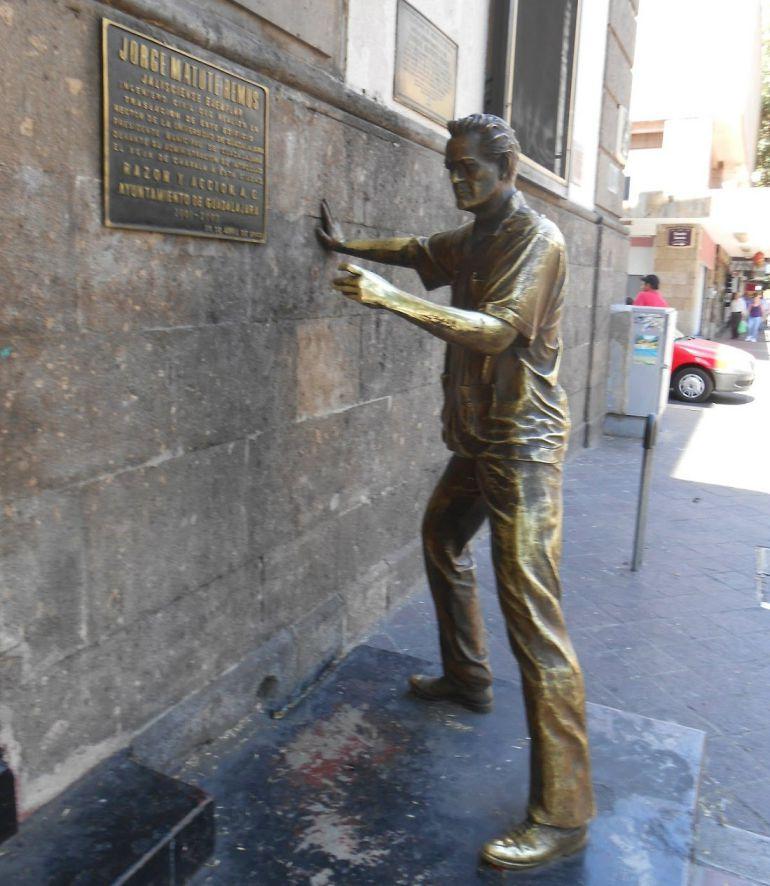 La estatua de Matute Remus es constantemente dañada por el graffiti