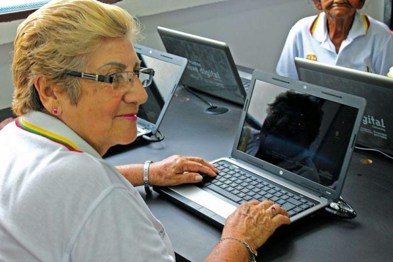 Adultos mayores se capacitan en tecnologías para comunicarse