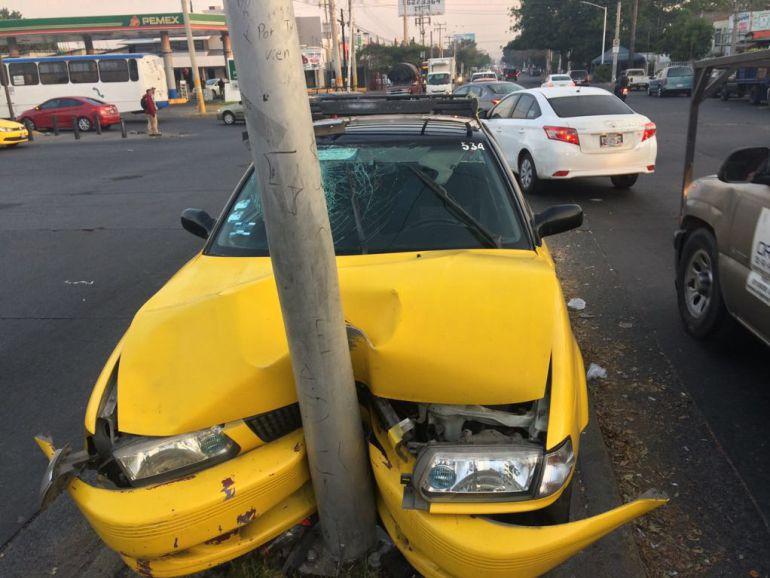 Taxista se impacta contra un poste