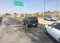 Baches en la carretera libre a Zapotlanejo dificulta el paso vehicular