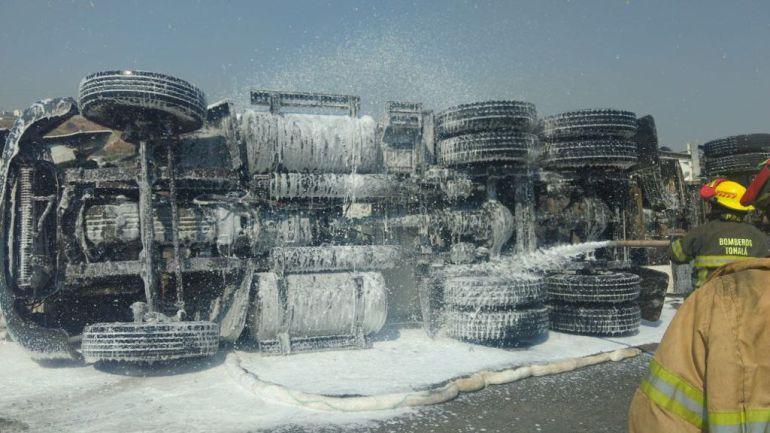 Se vuelca pipa con 20 mil litros de diésel en Tonalá