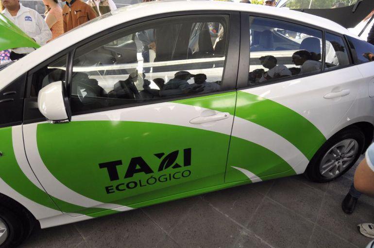 Gobernador entrega casi mil 500 permisos a taxistas; vuelve a abrir el registro