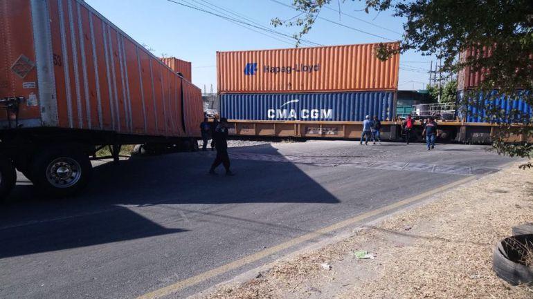 Choca camioneta contra el ferrocarril en Lagos de Moreno