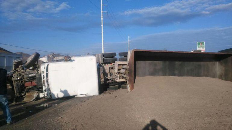 Por esquivar a motociclista, tráiler vuelca en San Isidro Mazatepec