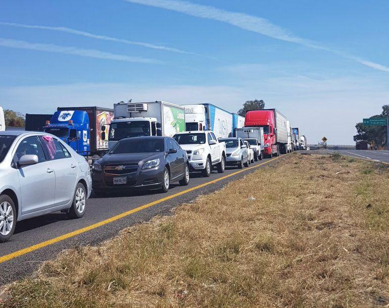Policía Federal cierra autopista Guadalajara – Colima por choque de tráileres