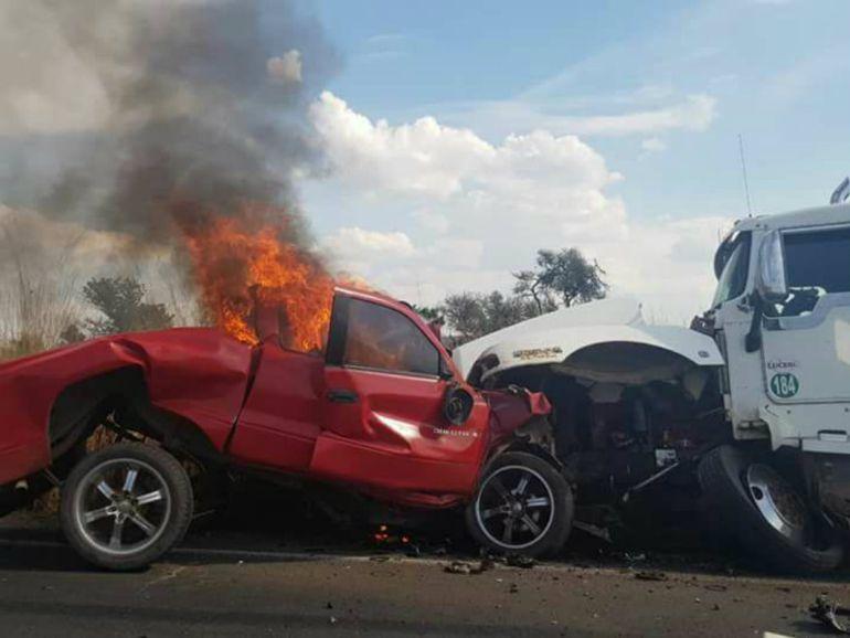 Muere una persona en Acatic, tras el choque de una pipa con camioneta