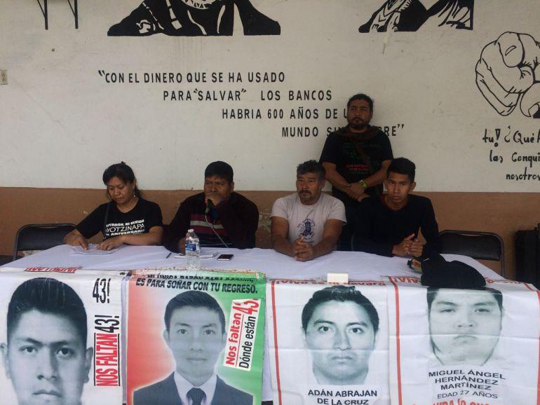 Padres de desaparecidos de Ayotzinapa marchan en Chihuahua